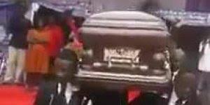 Cultura na Angola pode parecer estranho, mais isso é um funeral!!!