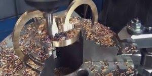 Lindo objeto feito com metal e madeira, veja como é interessante o trabalho!!!