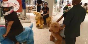 Amigas reunidas no shopping para andar em bichinhos, e foram paradas pela blitz!