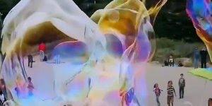 Bolhas de sabão de um jeito que você nunca viu, muito legal e lindo!