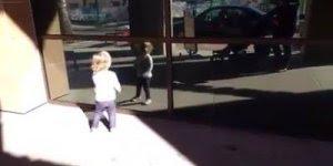 Criança vibrando com seu reflexo no vidro, muito legal esse vídeo!!!