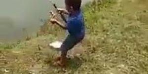 Esse garotinho já nasceu sabendo pescar, que tamanho de peixe!!!