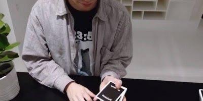Habilidade com as mãos para mexer com cartas de baralho, que incrível!