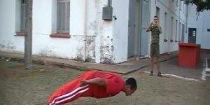 Homem inclina pra frente bem próximo ao chão, inacreditável!
