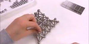 Montando uma pirâmide com ímãs, que brinquedo incrível!