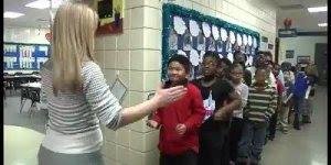 Muito legal a atitude desta professora! Veja como ela cumprimenta cada aluno!!!