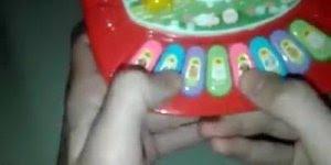 Rapaz toca Na Ponta Ela Fica de Mc Delano em um brinquedo de criança, confira!