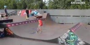 Rapaz troca de skate em movimento, ele vai te surpreender...