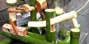 Replica de pilão movido a roda dágua feito de bambu, olha só que legal!!!