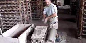 Telhas sendo feitas manualmente, veja a prática desse profissional!