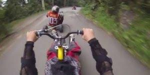 Veja que velocidade essa galera descendo de triciclo! Inacreditável!!!