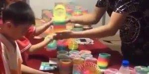 Vídeo mostrando como se brinca com mola-maluca, olha só que legal!!!