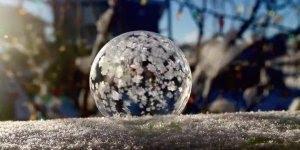 Vídeo muito legal! Uma bolha de sabão no inverno onde neva!!!