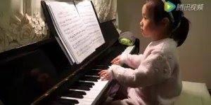 Criança tocando piano, veja agilidade desta pequena garotinha!!!