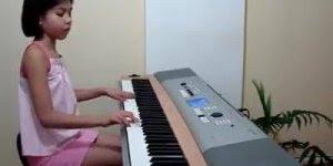 Garota toca O Milionário de Os Incríveis em seu teclado!