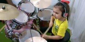 Garotinha de 5 anos toca na bateria a música Toxicity, sensacional!
