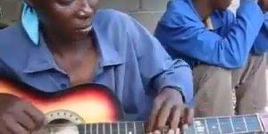 Olha o talento desta mulher tocando violão, vale a pena conferir!!!