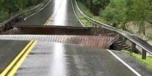 Força da água destruindo uma estrada, olha só que impressionante!!!