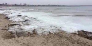 Onda de gelo chegando a praia, olha só que impressionante este fenômeno!!!
