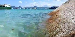 Praia com águas claras em algum lugar do mundo, a natureza é maravilhosa!!!