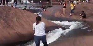 Toboágua natural em cachoeira, veja que espetáculo da natureza!!!