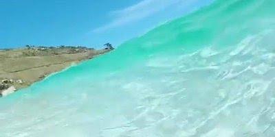 Vídeo com onda do mar com água cristalina, a natureza é mesmo bela!!!