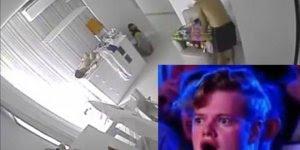 Bebê quase cai de cima de uma cômoda, para matar a mãe de susto!