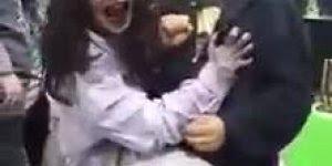 E para comemorar o Halloween que tal andar com uma garota possuída no colo, kkk!