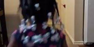 Garotinha leva um susto terrível com mascara de demônio, veja só o vídeo!!!