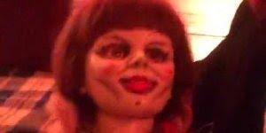 Homem consegue tocar na boneca Annabelle, teria coragem?