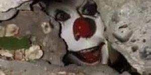Rapaz coloca Pennywise em bueiro no EUA, e assusta vizinhança!!!