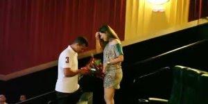 Esse noivo resolveu inovar, pediu sua noiva em casamento no cinema!!!