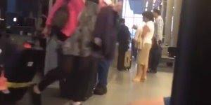 Flagrante de amor verdadeiro e de longa data em aeroporto, lindo!