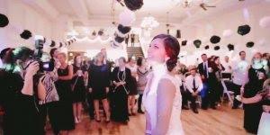 Namorado faz surpresa para namorada no casamento de amigos!