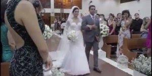 Noiva faz declaração ao noivo antes de entrar na igreja e tem linda surpresa!
