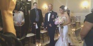 Noivo se emociona muito ao ver a noiva entrando na igreja, muito lindo!