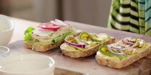 Receita de natal de sanduíche aberto com pasta de grão de bico!