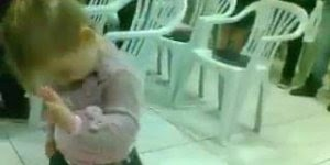 Criança louvando a Deus, cantando a musica Cuida da Minha Casa!