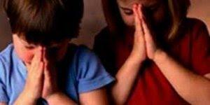 Criança orando, pois é desde pequeno que começa a pregar a palavra de Deus!