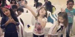 Crianças adorando ao Senhor, que cena mais linda e rara de se ver!