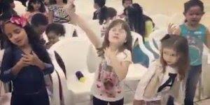 Crianças louvando e adorando a Deus, que cena mais linda de se ver!
