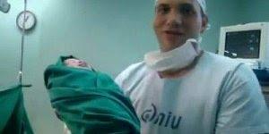 Vídeo de um pai consagrando sua filha após o nascimento, Gloria a Deus!!!