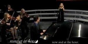 Menina cantando musica Ave Maria, uma linda interpretação!!!