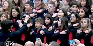 Papa Francisco é interrompido por coral de crianças, veja o que ele fez!