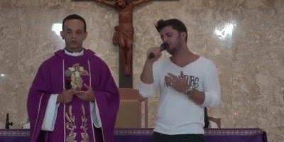 Uma linda musica de Deus cantada por cantor famoso em uma missa, compartilhe!