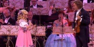 Arte de cantar ´maravilhoso! Olha só que apresentação fantastica!!!
