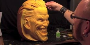 Arte de moldar uma abobora com rosto assustador para o Halloween!!!