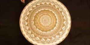 Arte incrível de desenhar sobre areia em uma roda em movimentos, confira!!!
