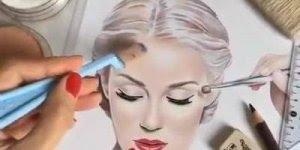 Desenho de mulher se maquiando, o realismo é simplesmente perfeito!