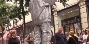 Estátua humana que flutua, eles são verdadeiros artistas!